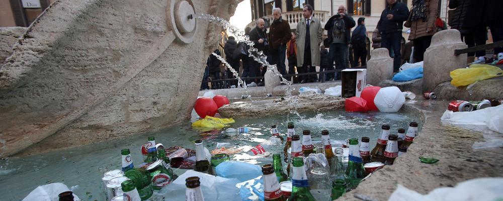 degrado di Roma barcaccia piazza di spagna spazzatura